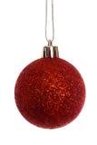 Accrocher rouge de décoration de boule de Noël Photos stock