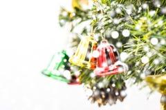 Accrocher rouge et vert et d'or de Noël de cloche de décoration Image stock