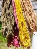 Accrocher teint coloré de fils de coton Photo stock