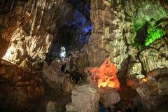 Accrochez la caverne chantée d'ivrogne dans la baie long d'ha, Vietnam Photos stock