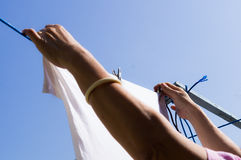 Accrochez les vêtements à sécher image libre de droits