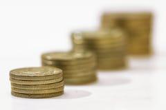 Accroissement d'argent cents billets d'un dollar s'élevant dans l'herbe verte Photographie stock libre de droits