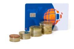 Accroissement d'argent cents billets d'un dollar s'élevant dans l'herbe verte Carte bancaire  Photographie stock libre de droits