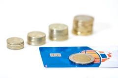 Accroissement d'argent cents billets d'un dollar s'élevant dans l'herbe verte Carte bancaire  Image libre de droits