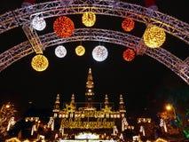 Accueil au marché traditionnel de Noël par la ville hôtel à Vienne, Autriche image libre de droits