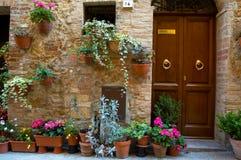 Accueil avec des fleurs Photos libres de droits