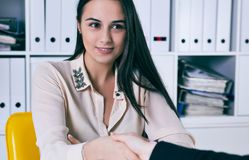 Accueil de la femme d'affaires donnant une poignée de main et un sourire Image libre de droits