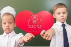 Accueil de nouveau à l'école avec amour de petits enfants Photo stock