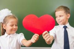 Accueil de nouveau à l'école avec amour de petits enfants Image stock
