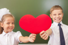 Accueil de nouveau à l'école avec amour de petits enfants Images libres de droits