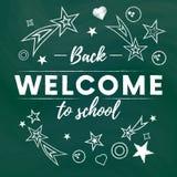 Accueil de nouveau à la bannière des textes d'école à l'arrière-plan vert de tableau noir avec des étoiles et des signes de blanc illustration stock