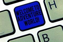 Accueil des textes d'écriture pour risquer le monde Concept signifiant clavier l'explorant de déplacement de tourisme d'endroits  images stock