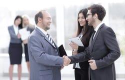 Accueil et poignée de main des gens d'affaires dans le bureau Photo libre de droits