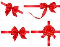 Accumulazione degli archi rossi del regalo con i nastri Fotografie Stock