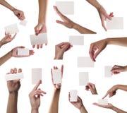 Accumulazione degli spazii in bianco della scheda in una mano su backg bianco Fotografie Stock Libere da Diritti