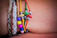 Accumulazione dei braccialetti sulla mano della donna Fotografia Stock