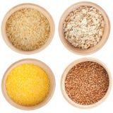 Accumulazione dei cereali nella ciotola di legno Immagine Stock Libera da Diritti