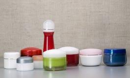 Accumulazione dei contenitori per le attrezzature cosmetiche Fotografie Stock Libere da Diritti