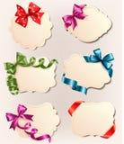 Accumulazione dei contrassegni dell'annata con gli archi rossi del regalo Fotografia Stock
