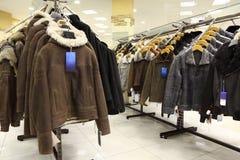 Accumulazione dei cuoi nella memoria di vestiti. Fotografie Stock