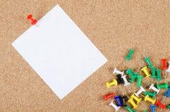 Accumulazione dei documenti di nota sul corkboard Immagine Stock