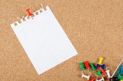Accumulazione dei documenti di nota sul corkboard Fotografia Stock Libera da Diritti
