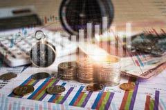 Accumulazione dei fondi di futuro con il grafico di informazioni del mercato azionario Immagine Stock