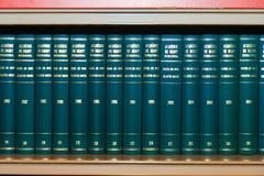 Accumulazione dei libri in scaffale per libri Fotografia Stock Libera da Diritti