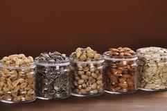 Accumulazione dei vasi con differenti semi Immagine Stock