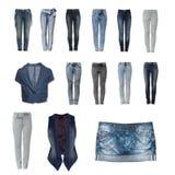 Accumulazione dei vestiti dei jeans da priorità bassa bianca Immagine Stock