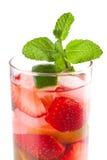 Accumulazione del cocktail: Mojito della fragola con la menta Fotografie Stock Libere da Diritti