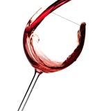 Accumulazione del vino - il vino rosso è versato in un vetro Immagini Stock