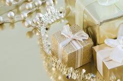 Accumulazione dell'oro dei regali di natale Immagine Stock Libera da Diritti