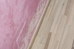 Accumulazione dell'umidità e della muffa sulla parete rosa Fotografia Stock Libera da Diritti