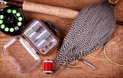 Accumulazione della mosca che lega e che pesca equiptment Fotografia Stock