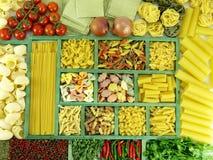 Accumulazione della pasta in casella di legno ed ingredienti Fotografia Stock Libera da Diritti