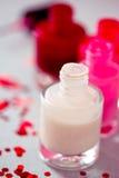 Accumulazione delle bottiglie dello smalto di chiodo Fotografia Stock Libera da Diritti