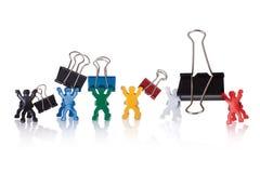 Accumulazione delle clip di carta isolata su bianco Fotografia Stock
