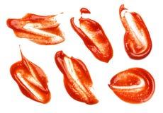 Accumulazione delle macchie del ketchup su priorità bassa bianca Il ketchup spruzza isolato Fotografie Stock Libere da Diritti