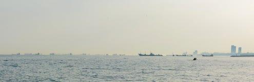 Accumulazione delle navi da carico nel mare sull'orizzonte durante la coda che aspetta al porto Fotografie Stock