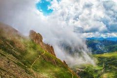 accumulazione delle nuvole di tempesta nelle alte montagne Immagine Stock