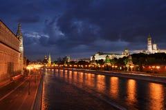 Accumulazione delle nuvole sopra Mosca a penombra di sera Fotografie Stock