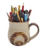 Accumulazione delle penne e delle matite in una tazza Fotografie Stock Libere da Diritti