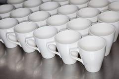 Accumulazione delle tazze di caffè in ufficio Immagini Stock Libere da Diritti