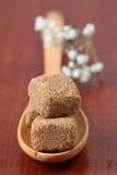 Accumulazione dello zucchero - cubi marroni Immagini Stock