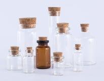 Accumulazione di bottiglie di vetro vuota, isolata Immagine Stock