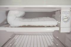 Accumulazione di ghiaccio congelata nel congelatore Fotografie Stock