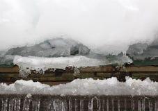 Accumulazione di ghiaccio e della neve sul tetto fotografia stock