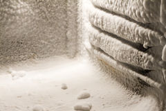 Accumulazione di ghiaccio sulle pareti del congelatore Fotografia Stock