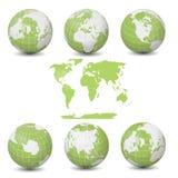 Accumulazione verde dei globi della terra con il programma di mondo Fotografie Stock